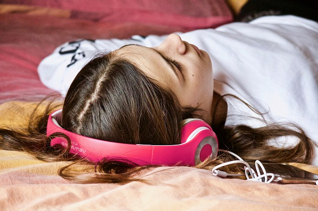 girl-with-headphone
